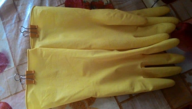 clipped dishwashing gloves