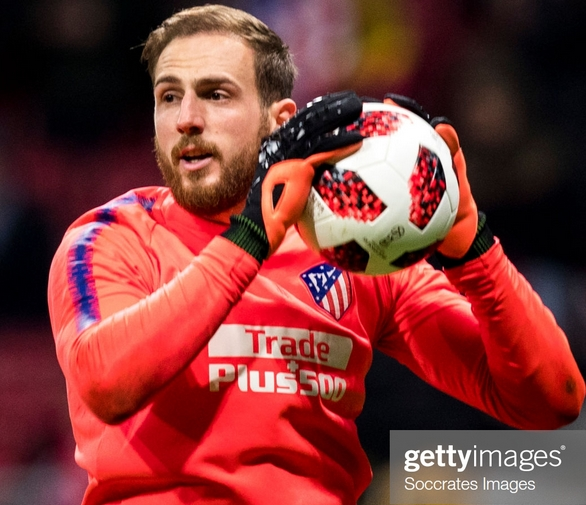 Jan Oblak wearing Puma gloves