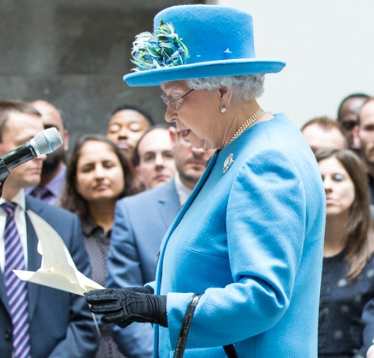 Why the queen always wears gloves on official events